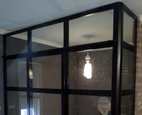 Перегородка из алюминия и стекла с откатной дверью